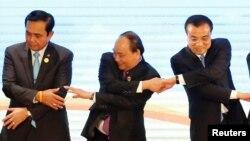 Thủ tướng Nguyễn Xuân Phúc (giữa) tại hội nghị thượng đỉnh ASEAN - Trung Quốc ở Lào hôm 7/9.