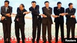 Thủ tướng Trung Quốc Lý Khắc Cường (thứ ba từ trái sang) trong một cuộc gặp với lãnh đạo ASEAN năm 2016.
