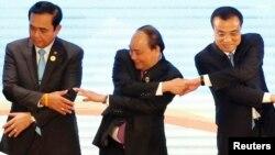 Thủ tướng Việt Nam cùng người đồng cấp của Thái Lan (trái) và Trung Quốc (phải) tại Hội nghị thượng đỉnh ASEAN-Trung Quốc ở Vientiane, Lào, 7/9/2016.
