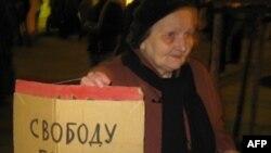 Собравшиеся держали плакаты не только в поддержку 31-й статьи Основного закона РФ, но и с требованием освободить Егора Бычкова. Санкт-Петербург. 31 октября 2010года