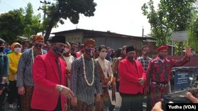 Iring-iringan bakal pasangan calon dari jalur partai politik, Gibran Rakabuming Raka ( depan memakai masker- baju lurik bergaris) didampingi ketua DPC PDIP Solo, Hadi Rudyatmo (4 dari kiri- depan berjas merah- masker) dan diikuti kandidat Wakil Walikota,