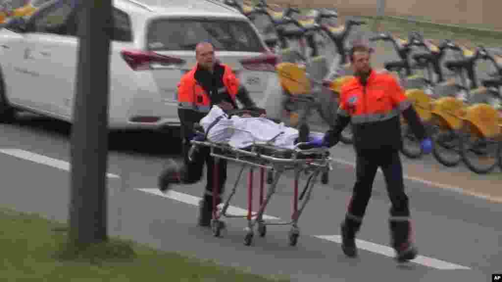 Des secouristes transportent un victime, à Bruxelles, le 22 mars 2016.