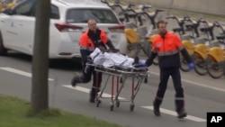 تصویر گرفته شده از تلویزیون که انتقال یک مجروح حملات متروی بروکسل را نشان می دهد.