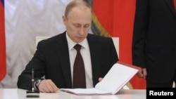 El presidente ruso, Vladimir Putin, firmó la ley en el Kremlin.