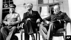 제2차 세계대전이 한창이던 지난 1943년 11월 이란 수도 테헤란에서 회담하고 있는 프랭클린 루즈벨트(가운데) 미국 대통령과 윈스턴 처칠(오른쪽) 영국 총리, 이오시프 스탈린 소련 공산당 서기장.