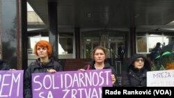 """Skup koji je organizovala mreža """"Žene protiv nasilja"""" ispred Ministarstva pravde Srbije"""