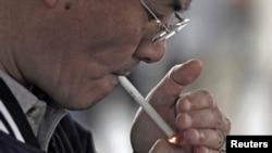 Seorang perokok di Los Angeles, California. (Foto: Ilustrasi)
