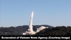 Tên lửa Epsilon rời khỏi bệ phóng ở Trung tâm Vũ trụ Uchinoura của Nhật Bản mang theo vệ tinh Micro Dragon của Việt Nam vào quỹ đạo sáng 18/1. (Ảnh chụp màn hình TTXVN)