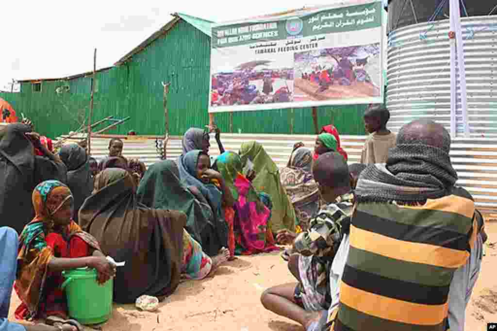 Somalis queueing outside a temporary feeding center run by an Islamic charitable group at a Mogadishu IDP camp. (VOA - P. Heinlein)