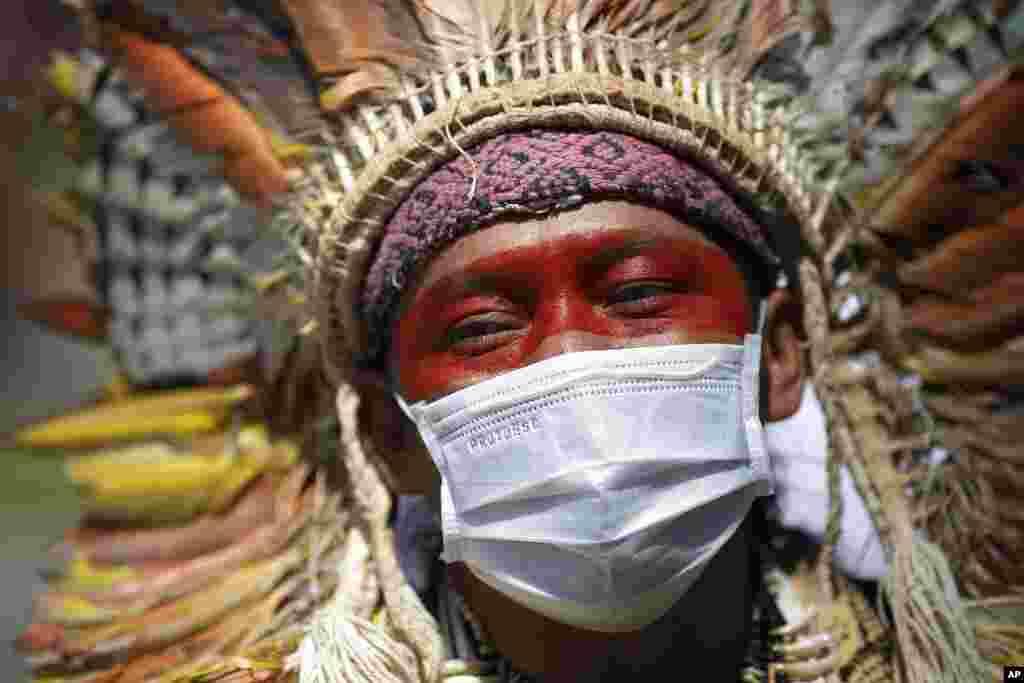 Braziliyanın Rio de Janeyro şəhərində 40 yaşlı Ninava İnu Huni Kui Amazonda neft axtarışlarına qarşı etiraz edir.