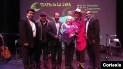 Teresa Fuller Granda, hija de Chabuca Granda recibió un reconocimiento del consulado peruano en Washington.