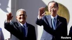 El Salvador's President Salvador Sanchez Ceren (L) and United Nations Secretary-General Ban Ki-moon