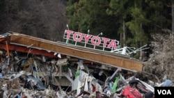 Sebuah dealer mobil Toyota di kota Minamisanriku, Jepang rusak akibat gempa dan tsunami (22/3).