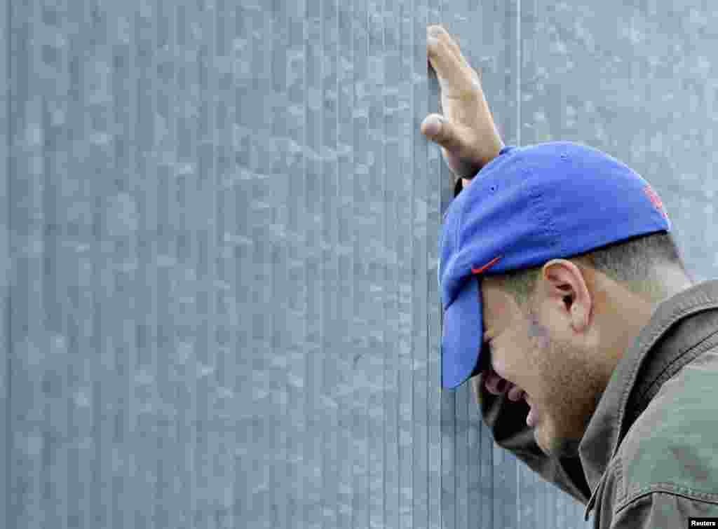 Un homme pleure à l'extérieur des ruines du World Trade Center à New York, le 11 septembre 2006.