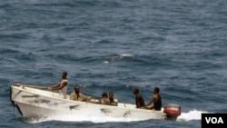 Sejumlah perompak di lepas pantai Somalia (foto: dok).