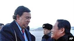 평양 방문시 북한 관리의 영접을 받는 리처드슨 주지사