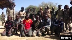 Des ex-combattants de Boko Haram regroupés par des soldats de l'armée tchadienne à Ngouboua, Tchad, mercredi 11 avril 2015