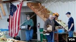 Anggota Pemadam Kebakaran Milton bekerja membersihkan sisa-sisa tornado yang menyapu kantor mereka di Milton, Kentucky (2/3)