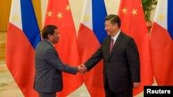 시진핑 중국 국가주석(오른쪽)과 로드리고 두테르테 필리핀 대통령이 지난 15일 베이징에서 정상회담에 앞서 악수하고 있다.
