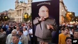 9月30日民眾高舉印著匈牙利總理維克多奧班照片在首都布達佩斯舉行示威遊行資料照。