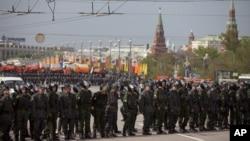 지난 5월 러시아 모스크바에서 반정부 시위를 진압하기 위해 출동한 경찰. (자료사진)