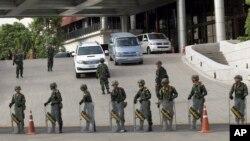 Quân đội công bố lệnh giới nghiêm toàn quốc từ 10 giờ tối đến 5 giờ sáng.