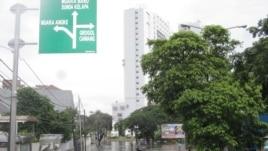 Banjir masih menggenangi kawasan Pluit dan Penjaringan Jakarta Utara hingga hari Selasa 22/1 (foto: VOA/Andylala).