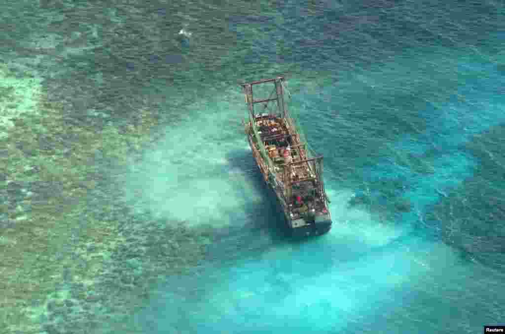 Kineski rivarski brod u vodama grebena Tubbataha zapadno od Manile, glavnog grada Filipina, prirodne znamenitosti pod zaštitom UNESCO-a.