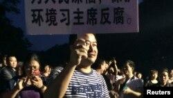 Para aktivis lingkungan menolak pembangunan proyek pembuangan limbah di Hangzhou, provinsi Zhejiang (10/5).