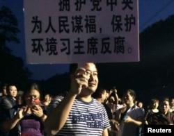 5月7日杭州反对兴建垃圾焚烧厂的示威者手举标语