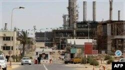 Một nhân viên bảo vệ canh gác bên trong nhà máy lọc dầu Zawiya ở Zawiya, phía tây Tripoli, Libya