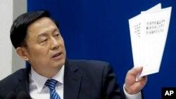 중국 국무원 신문판공실의 궈웨이민 부주임이 13일 베이징에서 기자회견을 하며 남중국해에 관한 중국의 정책을 적은 종이를 들어보이고 있다. 국무원은 이날 '상설중재재판소(PCA) 남중국해 판결 관련 백서' 를 발간했다.