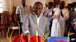 Faustin Archange Touadera, ancien Premier ministre comme l'autre candidat au second tour de la présidentielle centrafricaine, place son bulletin dans l'urne lors du scrutin couplé aux législatives à Bangui, en République centrafricaine, 14 février 2016