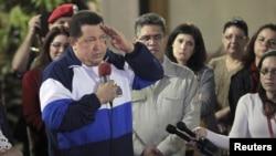 Chávez saluda durante una reunión de ministros en el Palacio Miraflores de la capital Venezolana.