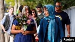 Des personnes allant à une veillée pour les victimes de la fusillade dans la mosquée à Christchurch, en Nouvelle-Zélande, le 24 mars 2019.