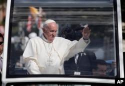 Đức Giáo Hoàng Francis vẫy chào đám đông hai bên đường tại thủ đô Washington, ngày 23/9/2015.