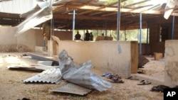 Des éléments de force de sécurité nigérianes déployés près du lieu d'un attentat près de l'université de Maiduguri, à Maiduguri, Nigeria, 16 janvier 2016.