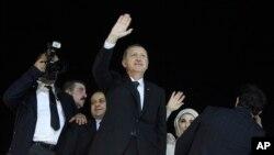터키 레제프 타이이프 에르도안 총리가 북아프리카 순방을 마치고 7일 귀국한 가운데, 공항에 나온 지지자들에게 손을 흔들고 있다.