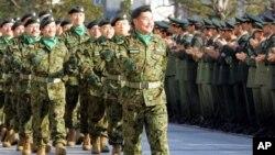 Pasukan Keamanan Jepang tengah berparade dalam salah satu upacara di Kementerian Pertahanan Jepang di Tokyo (Foto: dok). Kementerian Pertahanan Jepang mengajukan usul kepada Pemerintahan PM Shinzo Abe untuk memperkuat kemampuan militer dalam menghadapi ancaman dari China dan Korea Utara, Kamis (25/7).