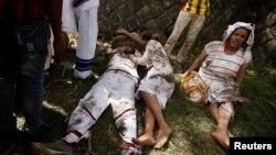 Des protestants blessés attendent de l'aide après que plusieurs personnes ont été tuées à Bishoftu, dans la région d'Oromia, Ethiopie, le 2 octobre 2016.