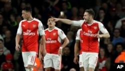 Aaron Ramsey d'Arsenal, à droite, pointe un de doigt un ses co-équipiers après avoir marqué un but contre Lincoln City lors d'un match de quarts de finale du championnat anglais au stade Emirats à Londres, 11 mars 2017.