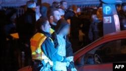 Nemačka poolicija hapsi osumnjičenog muškarca ispred železničke stanice u Kelnu, 1. januara 2016.