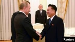 지난 2014년 11월 러시아 모스크바를 방문한 최룡해 북한 노동당 비서(오른쪽)가 블라디미르 푸틴 러시아 대통령과 회동했다. (자료사진)
