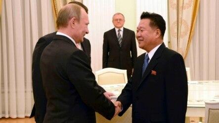 Ông Choe Ryong Hae (phải) phụ tá của nhà lãnh đạo Bắc Triều Tiên Kim Jong Un, và Tổng thống Nga Vladimir Putin trong cuộc họp tại Moscow, 18/11/14