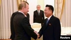 18일 모스크바를 방문한 최룡해 북한 노동당 비서가 블라디미르 푸틴 러시아 대통령과 회동했다.
