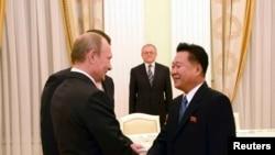 លោកChoe Ryong Hae (រូបស្តាំ) ដែលជាជំនួយការស្និទនឹងមេដឹកនាំរបស់កូរ៉េខាងជើងគឺលោក Kim Jong Un ជួបជាមួយលោកប្រធានាធិបតី Vladimir Putin នៅក្នុងក្រុងមូស្គូ កាលពីថ្ងៃទី១៨ ខែវិច្ឆិកា ឆ្នាំ២០១៤។