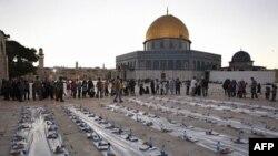 Người Hồi giáo Palestine chờ nhận bữa ăn từ thiện sau giờ chay trong sân đền Al Aqsa ở Jerusalam hôm 4/8/2011