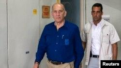 Mantan PM Israel, Ehud Olmert (kiri) setibanya di pengadilan Tel Aviv (13/5).