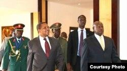 Jakaya Kikwete de la Tanzania et Yoweri Museveni de l'Ouganda