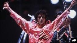 Mendiang Michael Jackson dalam salah satu penampilannya pada tahun 1984 (foto: dok).